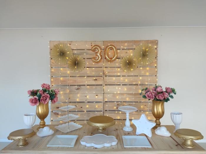 exemple de décoration festive pour un anniversaire 30 ans femme à petit budget avec tableau en bois et éventail en papier DIY