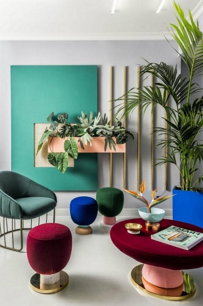 meubles en velours coloré pour une deco tendance 2020 moderne, design pièce aux murs gris clair avec éléments verts