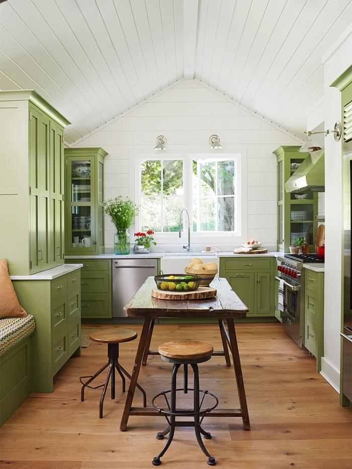 idée de couleur complémentaire du vert pour une cuisine blanche, modèle de cuisine aux murs blancs et parquet bois avec meubles verts