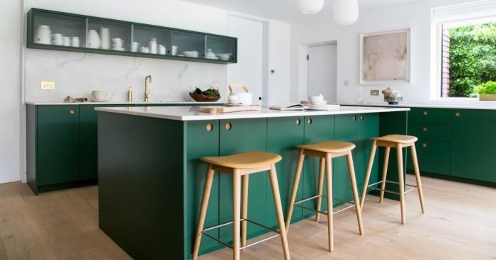 design intérieur moderne dans une cuisine en L avec îlot, décoration cuisine blanche avec meubles de couleur vert