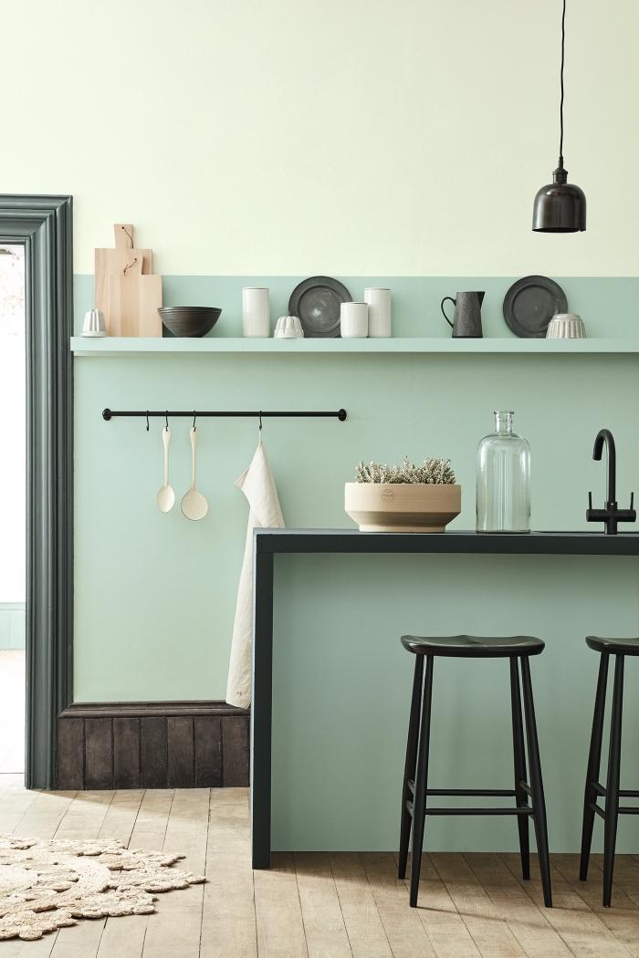 idée de peinture vert d'eau pour déco de cuisine, modèle de cuisine aux murs bicolore avec soubassement en bois foncé