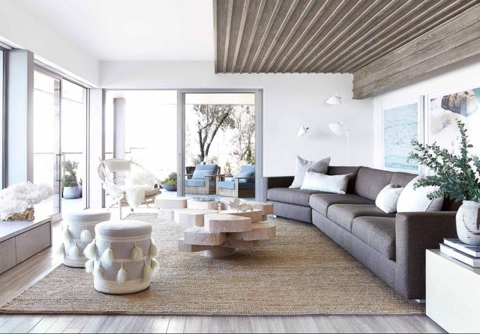 decoration interieur maison moderne, design pièce blanche avec sol et plafond en bois et meubles en tissu gris