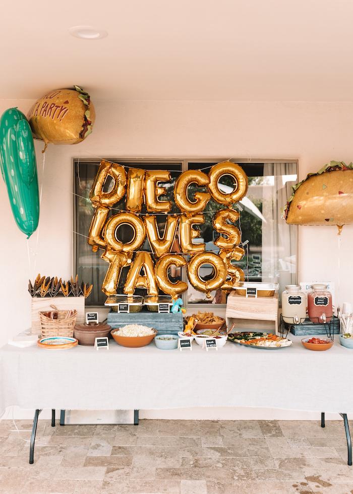 idée thème soirée insolite avec ballons en or lettres, taco bar avec ingredients pour faire des tacos