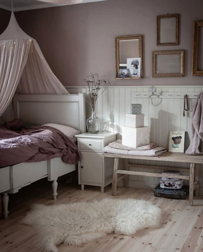 exemple de deco chambre fille en rose poudré et blanc avec accents en bois et blanc, diy déco lit baldaquin avec rideaux roses
