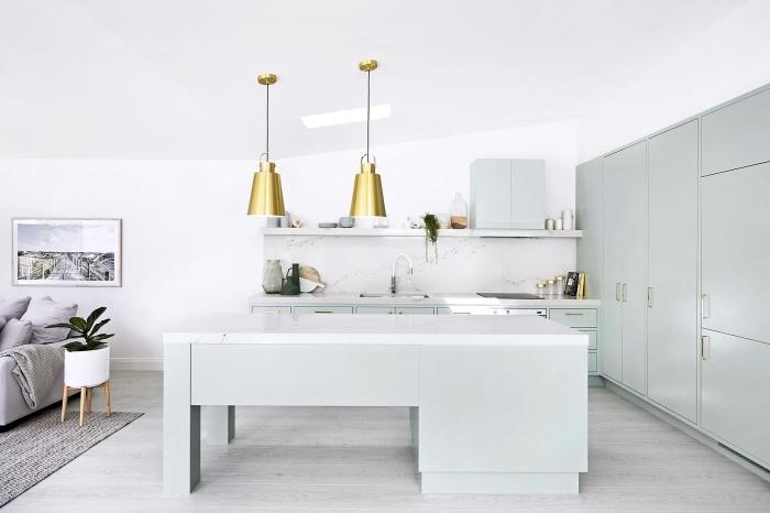 modèle de cuisine contemporaine de style minimaliste avec armoires de nuance vert pastel et comptoir en marbre