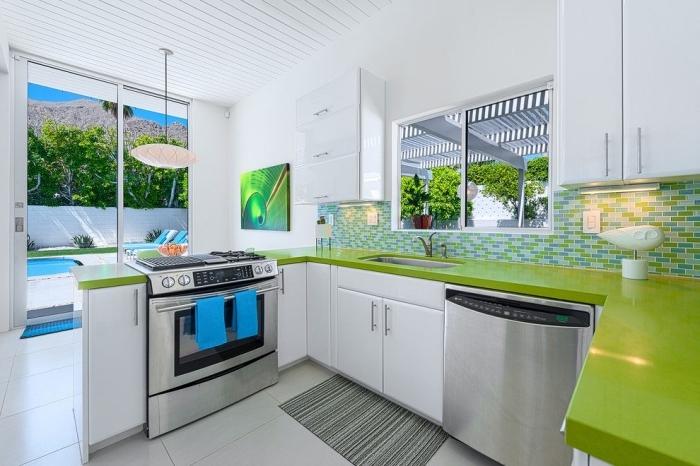 idée comment décorer une petite cuisine blanche avec plan de travail de nuance vert anis et crédence en nuances vertes
