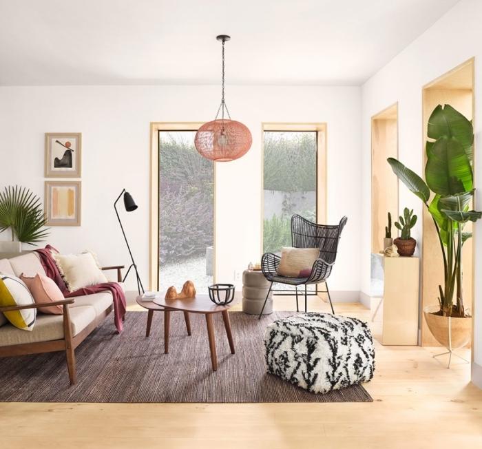 idée de deco salon moderne aux murs blancs et parquet bois aménagé avec meubles en bois foncé et métal noirci