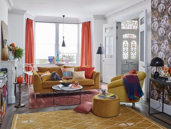 decoration interieur maison chic aux murs blancs avec pan de mur en papier peint tendance 2020 à motifs floraux
