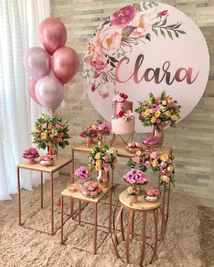 coin festif décoré en bois et rose gold avec ballons et bouquets de fleurs fraîches, idée anniversaire 30 ans pour femme