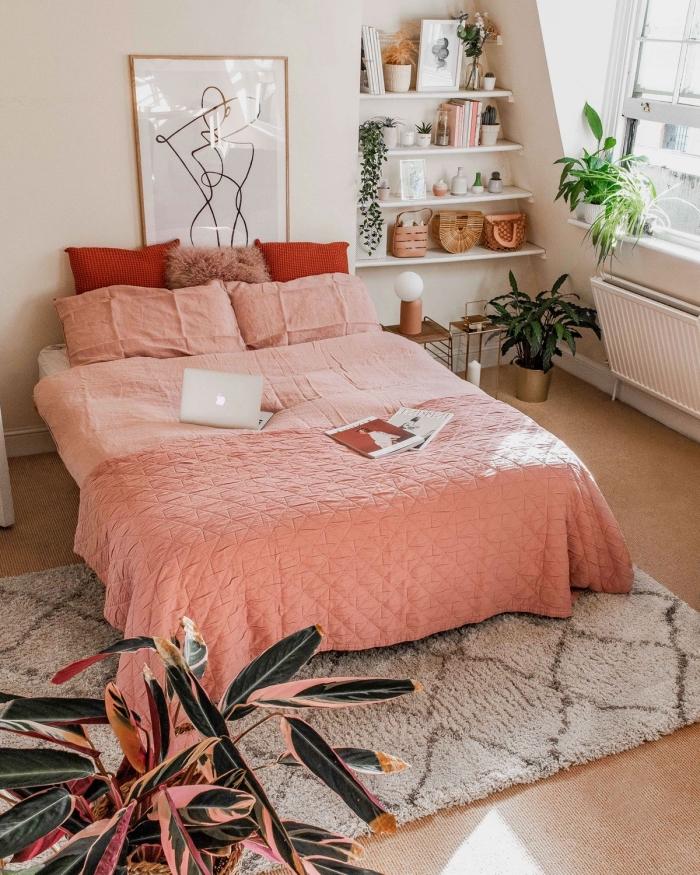 comment décorer un lit en bois massif avec linge de lit de couleurs tendance, design chambre bohème chic pour ado