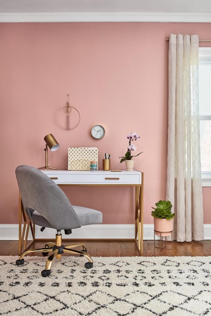 idée de couleur peinture chambre moderne, design pièce aux murs roses et plafond blanc avec meubles blanc et or