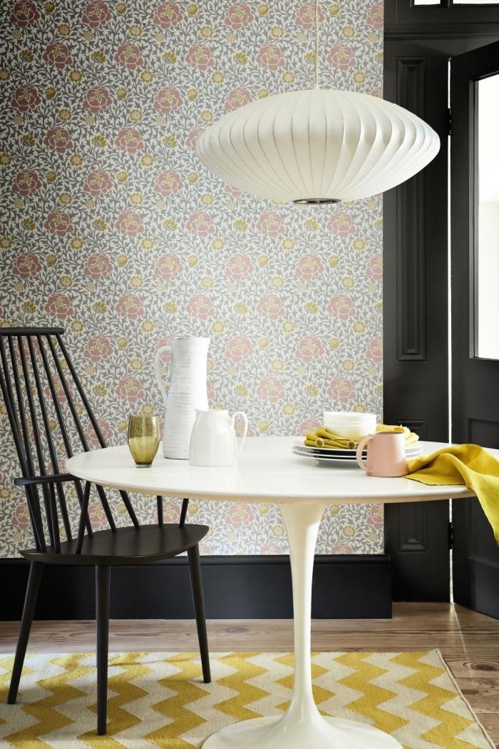 modèle de papier peint tendance à motifs floraux, décoration petite salle à manger aménagée avec table ronde blanche