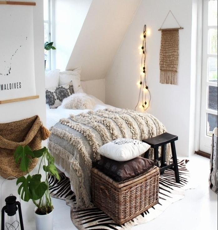 aménagement petite chambre sous pente de style bohème chic, idée déco chambre avec accessoires à franges