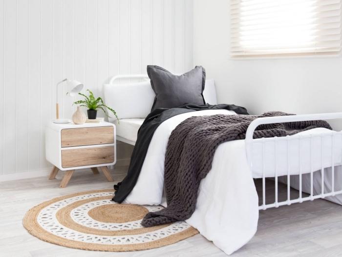 quelle couleur pour la deco chambre a coucher à espace limité, design chambre moderne aux murs en panneau blanc
