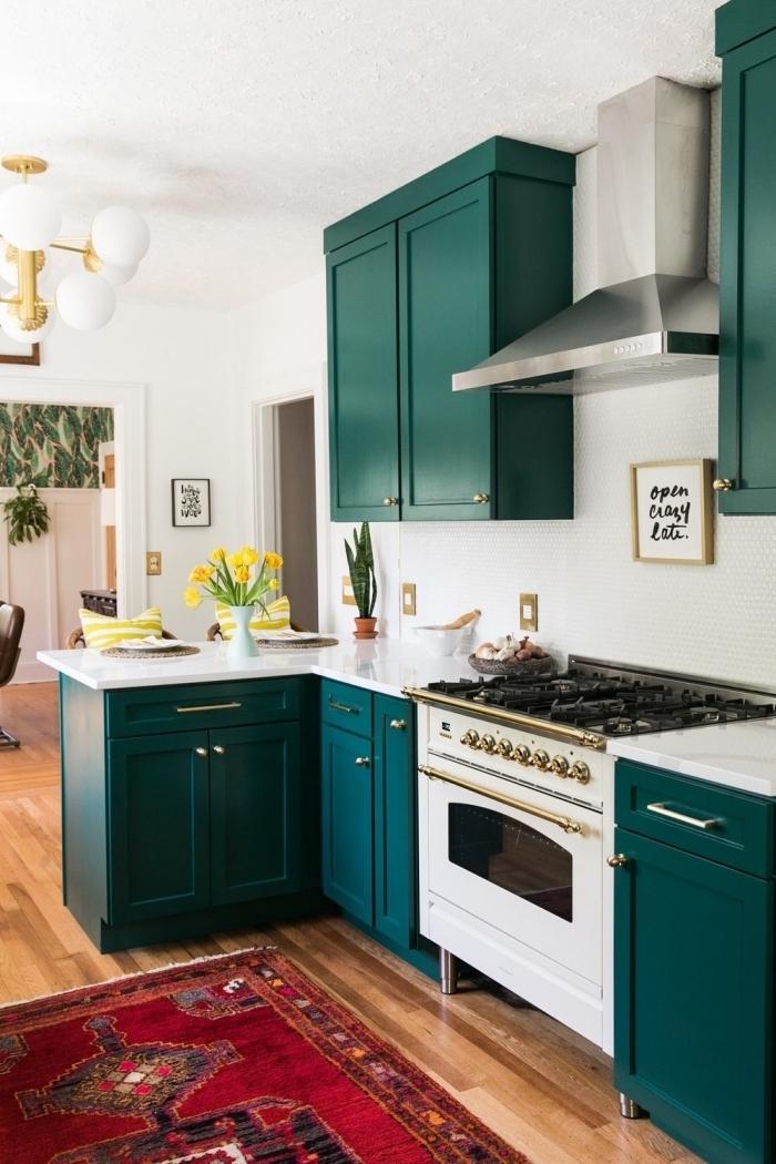 idée comment renouveler une cuisine blanche avec meubles recup à peinture vert foncé et poignées dorées