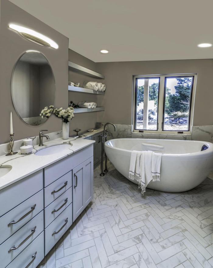 Baignoire ovale et miroir ronde, meuble lavabo double, beau modele salle de bain, les plus belles salles de bains blanches