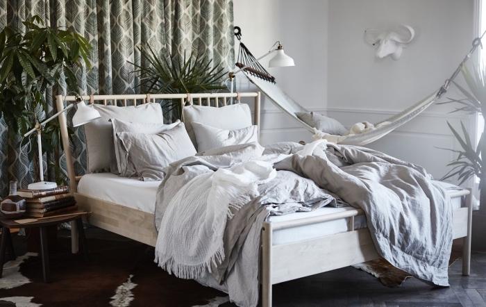 deco chambre moderne de style exotique avec plantes vertes et accessoires bohème chic, déco de pièce avec hamac suspendu