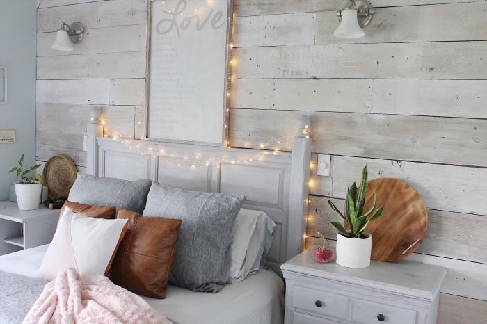 décoration cozy dans une chambre gris et bois avec tete de lit originale de style vintage, avec quelle couleur associer le gris dans une chambre