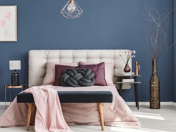 couleur peinture chambre moderne aux murs bleus aménagée avec grand lit à tête en tissu blanc et accents noirs