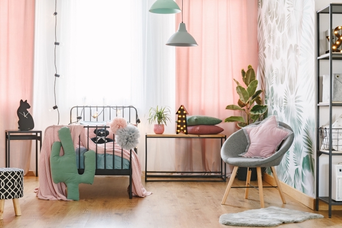 idée de deco chambre bebe fille aux murs blancs à motifs feuilles vertes et parquet bois avec meubles en bois