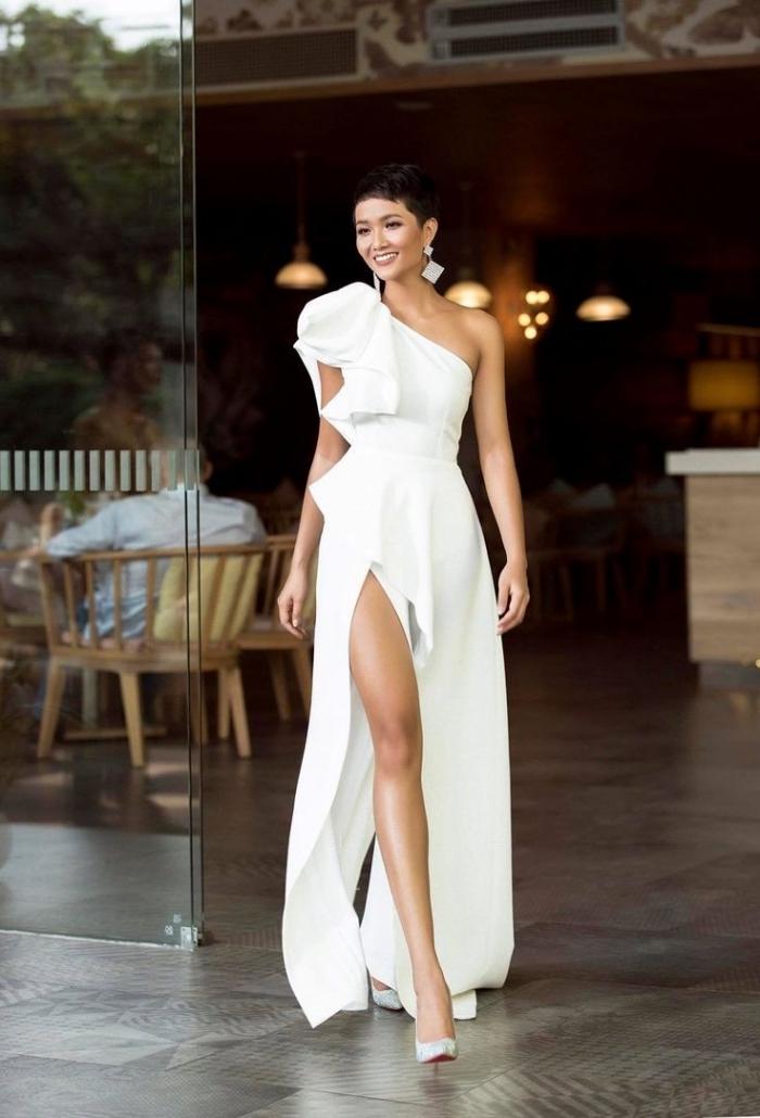 modèle de robe de soirée chic à coupe asymétrique en blanc, comment porter le blanc pour une soirée femme