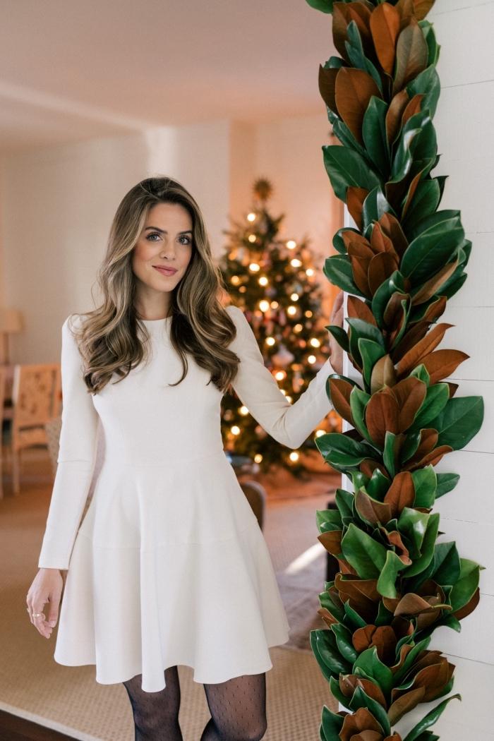 idée de robes de soirée chic et classe pour Noël, modèle de robe courte aux manches longues de couleur blanche