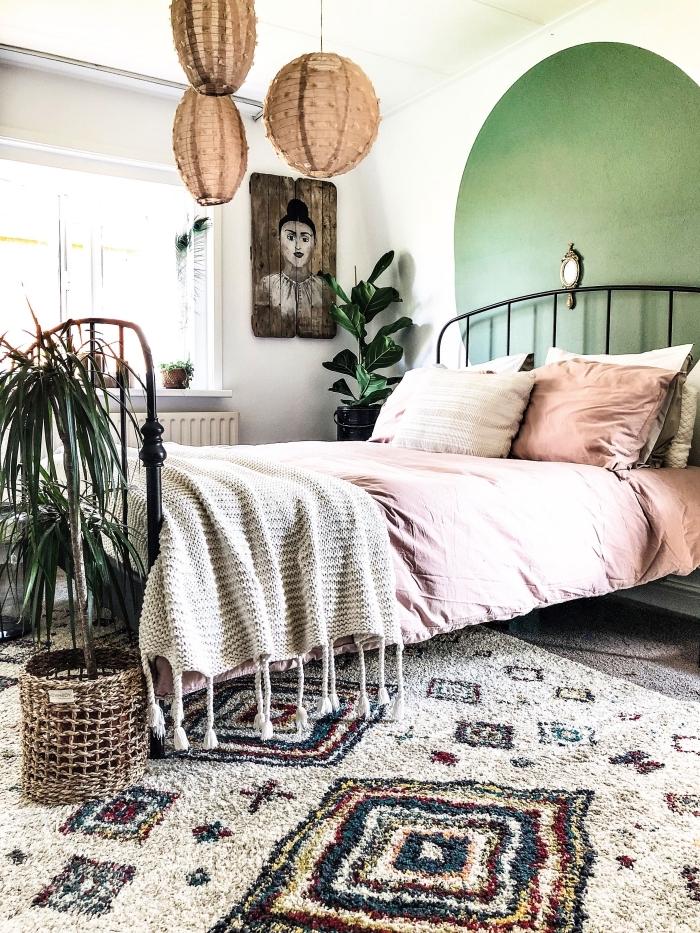 design chambre bohème avec une tete de lit papier peint ou peinture originale, idée chambre bohème avec objets ethniques