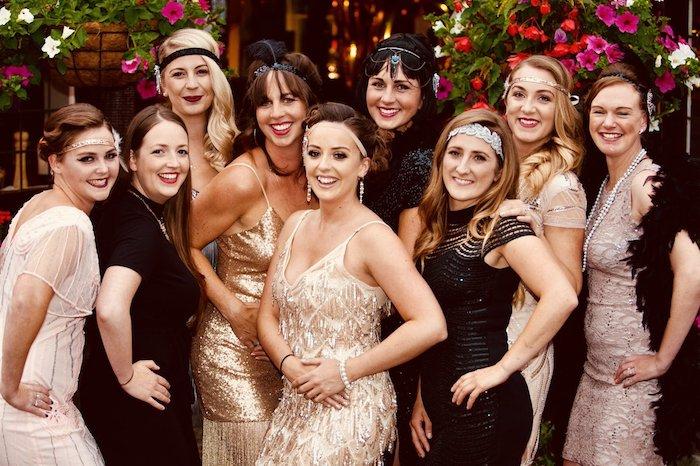 soirée gatsby le magnifique entre filles pour anniversaire femme, femmes en robes année 20 et coiffures vintage