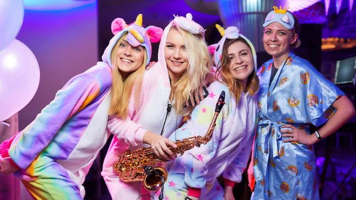 thème de soirée marrant, soirée pyjama licorne entre filles, comment feter son anniversaire