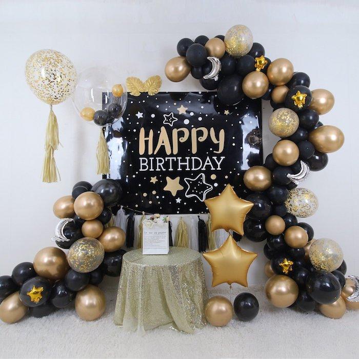 anniversaire noir et or avec affiche joyeux anniversaire, arche de ballons noir et or sur fond blanc