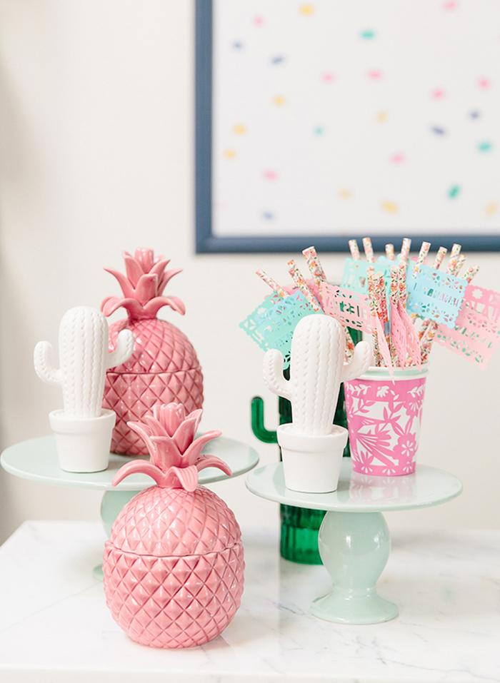 motif soirée ananas et cactus deco avec des ananas rose, cactus blancs et pailles colorées dans gobelet