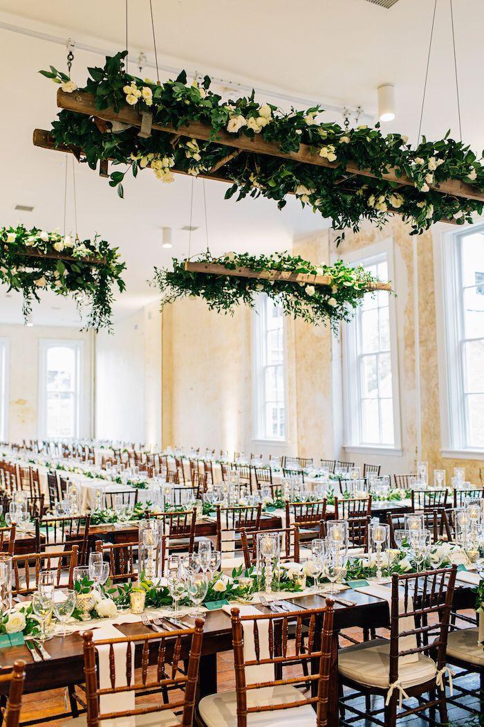 echelle decorative végétalisée suspendue du plafond, chaises et table bois, centre de feuillages vertes, murs beiges