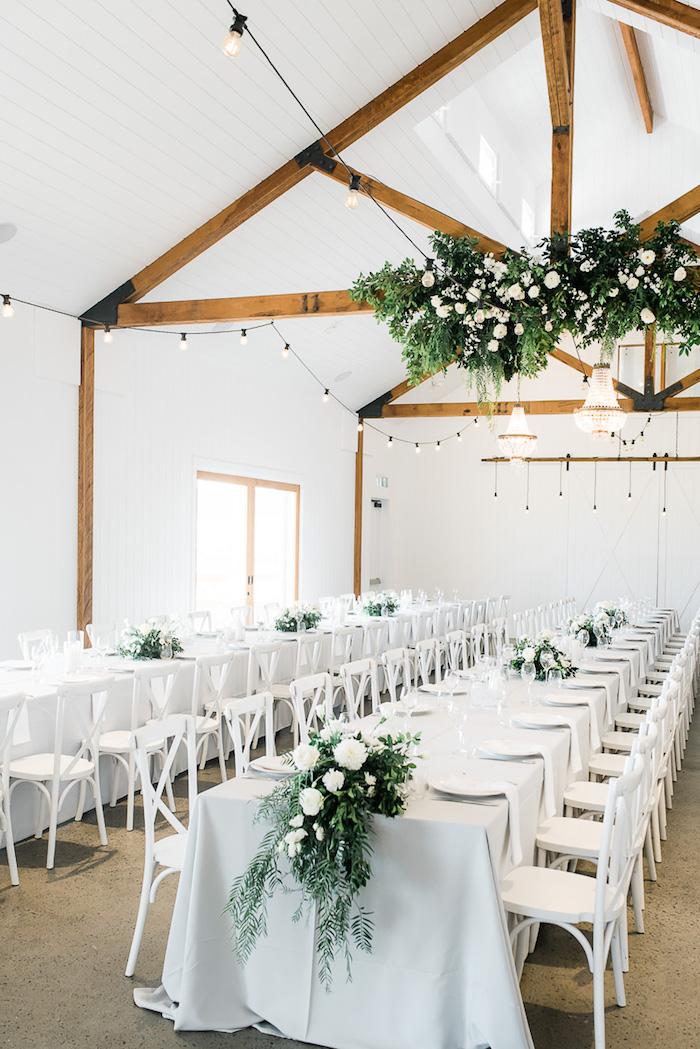 deco salle de mariage en blanc avec vegetation verte et fleurs blanches, poutres apparentes dans salle de mariage, végétation suspendue