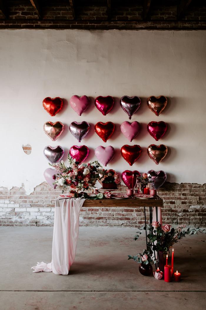 Coeur ballons theme soirée saint valentin, deco amour journée romantique festive, table avec fleurs
