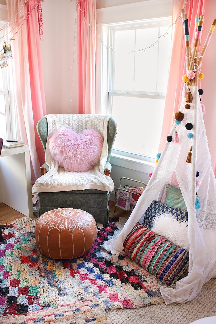 Chambre tipi et guirlandes lumineuses, idee deco de table romantique, décoration romantique saint valentin