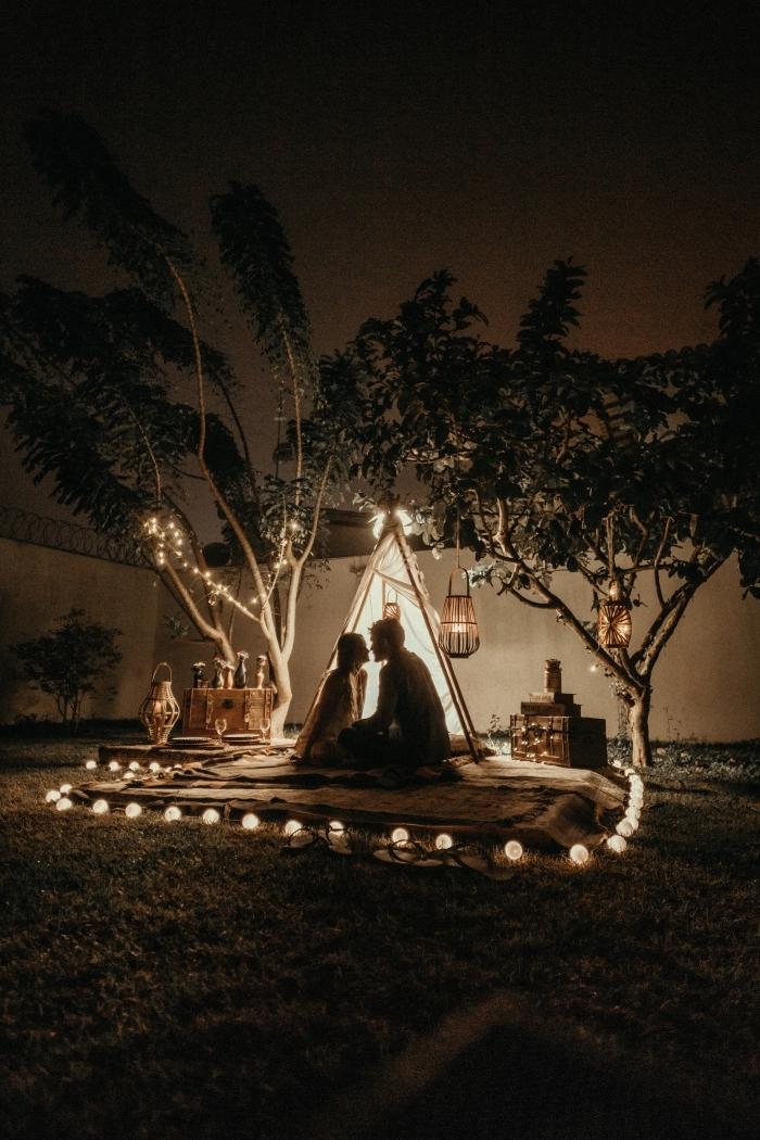 idée organisation d'un pique nique romantique à la maison, comment bien décorer un tipi pour une soirée romantique
