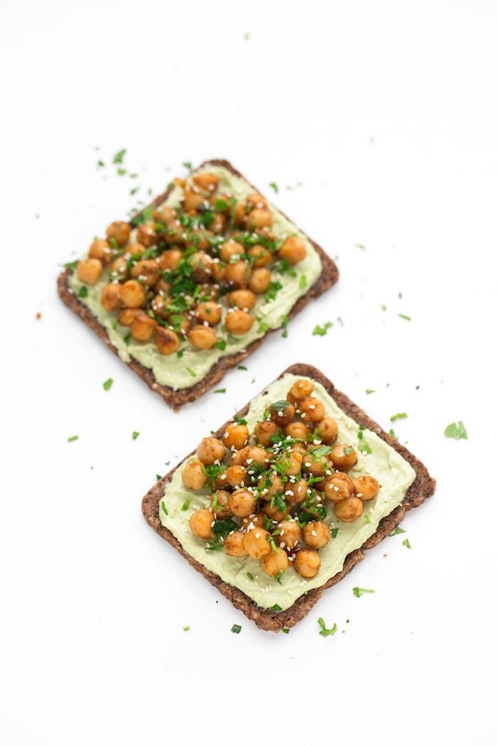 toast simple à l avocat crème d avocat, pois chiches aux herbes fraiches et graines de sésame