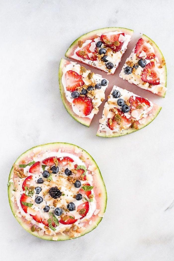 healthy repas constitué de tranche de pasteque au yaourt grec, fruits rouges, granola, noix de coco, cannelle
