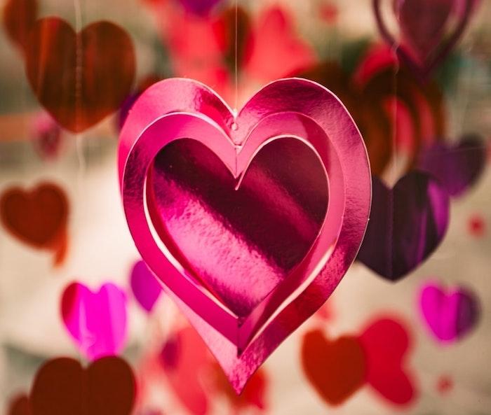 Guirlande de coeurs a faire soi meme, idee décoration de saint valentin rose différentes nuances