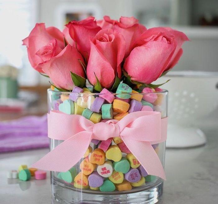 Vase de fleurs roses, vase en verre pleine de bonbons, décoration saint valentin, journée romantique déco simple et jolie
