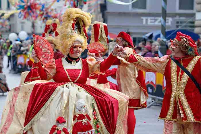 Jupe Alice dans le pays de merveille, robe rouge et doré, masque de venise, deguisement femme, masque et costume bien accessoirisés