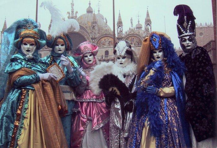 Masque vénitien et robe à l'ancienne, déguisement de carnaval de groupe, idée tenue festive pour le carnaval