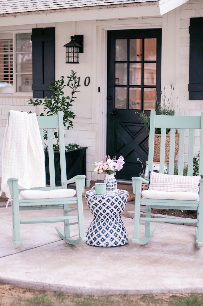 La décoration de Saint-Valentin, veranda pour deux, idée café le matin avec son amoureux sur chaises balancoires, coeur saint valentin, décoration de saint valentin, idee deco soiree romantique