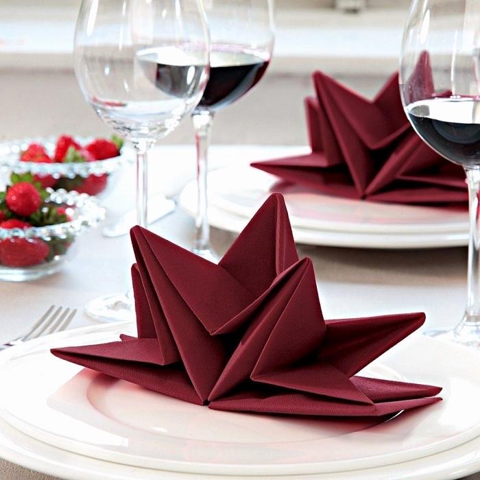 comment plier une serviette en papier en forme de fleur, décoration de table romantique et élégante avec serviette en fleur