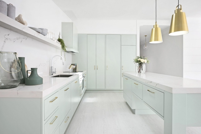 modèle de meubles de cuisine vert d'eau à poignées or, comment décorer une cuisine blanche avec meubles pastel
