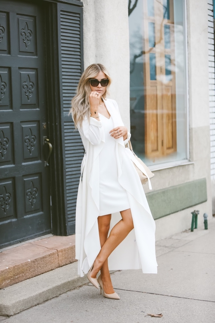 idée de tenue habillée pour mariage, modèle de robe courte assortie avec veste longue blanche et chaussures hautes
