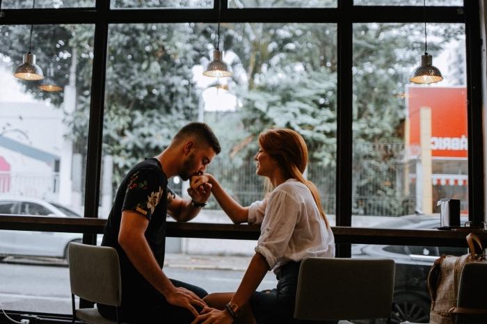 idée de sortie romantique au centre ville, rendez-vous garçon et fille amoureux dans un café aux grandes fenêtres