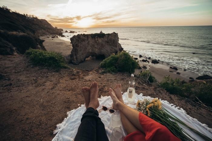 quelle activité en amoureux pour la fête de la Saint Valentin, idée de pique nique au bord de la mer au coucher de soleil