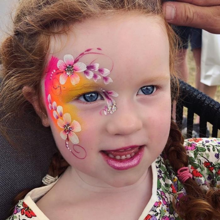 idée de maquillage enfant facile à faire avec peinture visage de couleur rose et orange, make-up motifs floraux