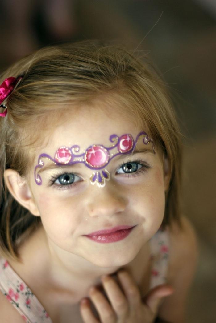 comment déguiser une fille en princesse pour une fête déguisée avec un maquillage carnaval facile à design couronne